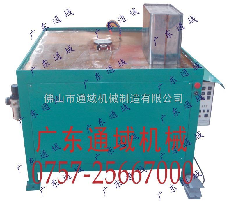 采用可调行程气缸加压,避免上下电极碰撞损伤。 采用三相无极调速电极驱动,焊接速度调整方便、稳定。巧妙合理的内部结构,减少发热导致的焊接性能减弱 银轴瓦旋转导电优良接触.最大限度减少电能转换的损失。滚焊又称缝焊,是用一对滚轮电极代替点焊的圆柱形电极,焊接的工件在滚盘之间移动,产生一个个熔核相互搭叠的密封焊缝将工件焊接起来的方法。一般采用交流脉冲电流或调幅电流,也可用三(单)相整流、中频、高频的直流电流。滚焊广泛应用于油桶、罐头罐、暖气片、飞机和汽车油箱、火箭、导弹中密封容器的薄板焊接。一般焊接厚度在单板3m